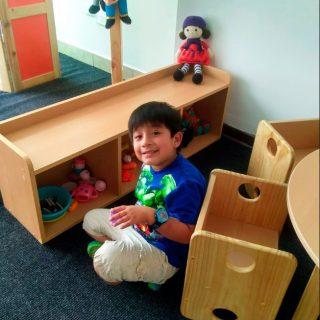 nino-jugando-muebles
